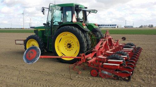 John Deere 6410 aan het bietenzaaien met Kverneland 12rijer. Geplaatst door stefanvw12 op 26-06-2017 om 20:53:04, op TractorFan.nl - de nummer 1 tractor foto website.