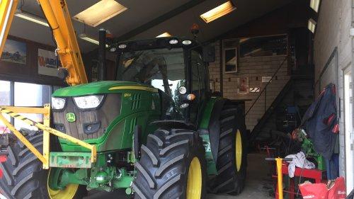 Foto van een John Deere 6150R herder er aan en veranderen. Geplaatst door boer op 08-07-2017 om 20:05:37, op TractorFan.nl - de nummer 1 tractor foto website.