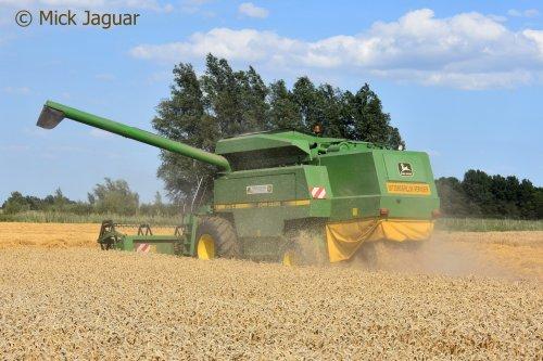 John Deere 2064, bezig met tarwe te dorsen. Loonbedrijf Paridaen uit Sint Kruis (NL)  Filmpje? -> https://www.tractorfan.nl/movie/48266/