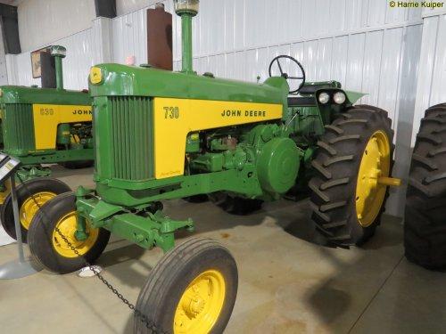 Foto van een John Deere 730  ,Canadian Tractor museum in Westlock ( Alberta ). Geplaatst door oldtimergek op 26-07-2017 om 23:39:30, op TractorFan.nl - de nummer 1 tractor foto website.
