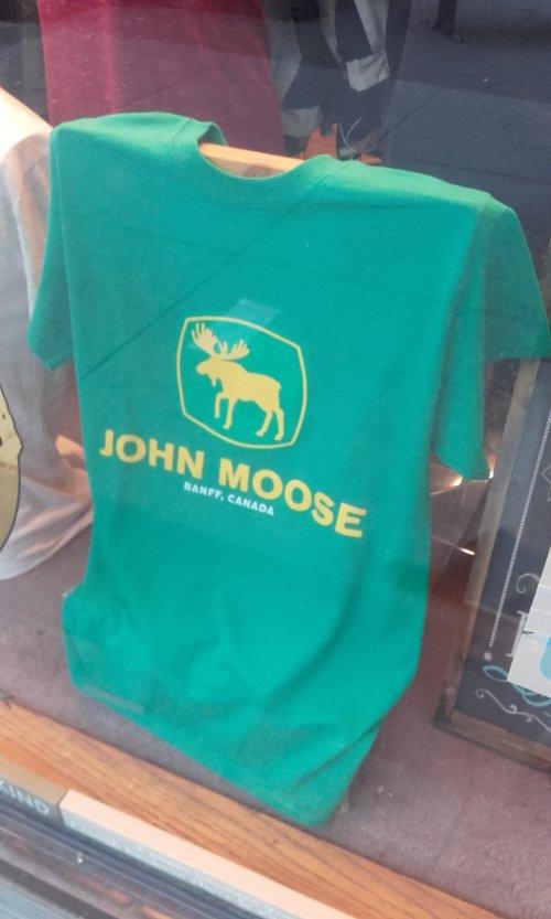 Foto van een John Deere Humor ben je een weekendje in Banff Canada zie je dat ze dit T-shirt verkopen voor John Deere fans die in de Rocky Mountens zijn geweest