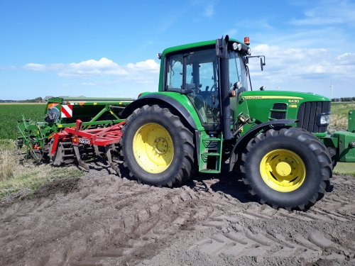 Foto van een John Deere 6430 Premium Aan het groenbemester zaaien op leeg tulpenland.. Geplaatst door johndeerefiat op 20-08-2017 om 12:10:01, op TractorFan.nl - de nummer 1 tractor foto website.