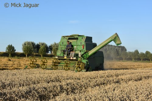 John Deere 985 combine in de tarweoogst.  Filmpje? -> https://www.tractorfan.nl/movie/48514/. Geplaatst door Mick Jaguar op 01-09-2017 om 19:39:46, met 2 reacties.