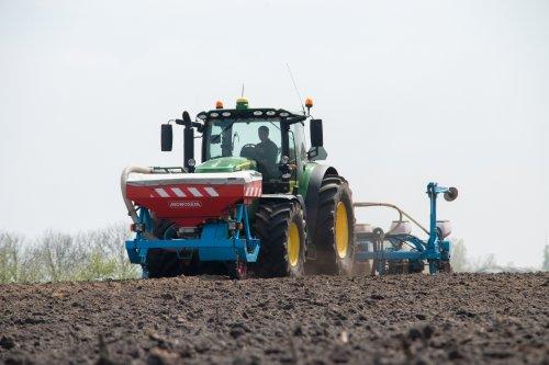 Zaaien van maïs door loonbedrijf Stuut met hun John Deere 6175R met 8-rijer Monosem maiszaaier en Monosem front tank   Meer foto's zijn te bekijken op: http://www.trekkerfotografie.nl