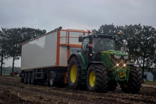 Foto van een John Deere 6210R. Geplaatst door jd7920 op 08-10-2017 om 23:30:07, op TractorFan.nl - de nummer 1 tractor foto website.