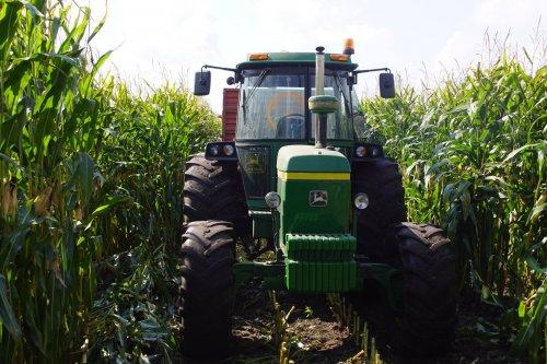 Foto van een John Deere 4230. Geplaatst door jans-eising op 09-10-2017 om 20:26:58, op TractorFan.nl - de nummer 1 tractor foto website.