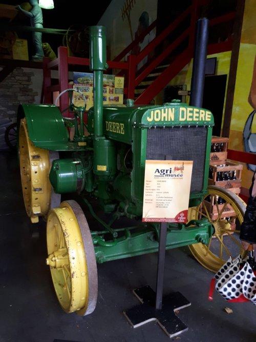Foto van een John Deere D van 1930  8,2l liggende 2 cilinder  15pk op de wielen 27pk op het poulie 800tr/min Agri Musée Rochehaut-sur-Semois