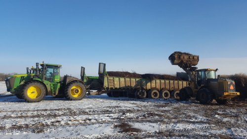 Foto van een John Deere 9420R en deere loader. Geplaatst door Canadeesboertje op 08-11-2017 om 02:32:56, met 8 reacties.
