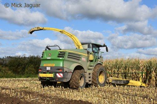 John Deere 8600 met Kemper 390plus voorzetstuk. Landbouwwerken Segaert uit Snellegem (B)  Filmpje? -> https://www.tractorfan.nl/movie/49063/