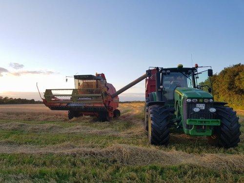 Foto van een John Deere 8230/Dronningborg D7000S. Geplaatst door soren-christensen op 20-11-2017 om 12:45:39, op TractorFan.nl - de nummer 1 tractor foto website.