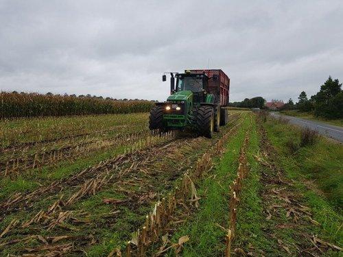 Foto van een John Deere 8230. Geplaatst door soren-christensen op 20-11-2017 om 12:57:22, op TractorFan.nl - de nummer 1 tractor foto website.