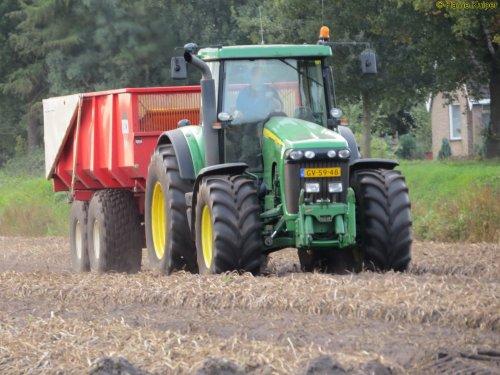 Hier zie je Landgoed Scholtenszathe (Klazienaveen-Noord) × met een John Deere 8520.. Geplaatst door oldtimergek op 20-11-2017 om 15:02:50, op TractorFan.nl - de nummer 1 tractor foto website.