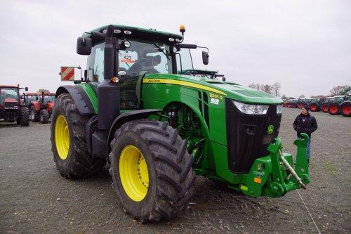 Foto van een John Deere 8335R. Geplaatst door jans-eising op 12-12-2017 om 18:39:18, op TractorFan.nl - de nummer 1 tractor foto website.
