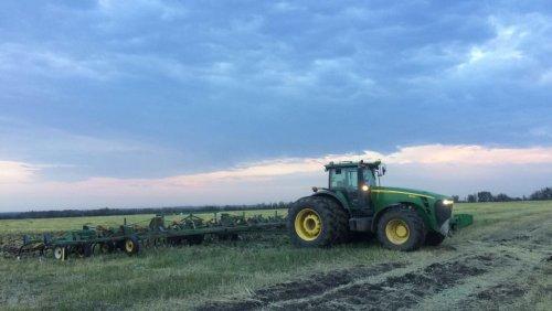 Foto van een John Deere 8430, plat ervoor met 6 km per uur om de 20 meterse cultivator door de grond heen te krijgen 💪🏼