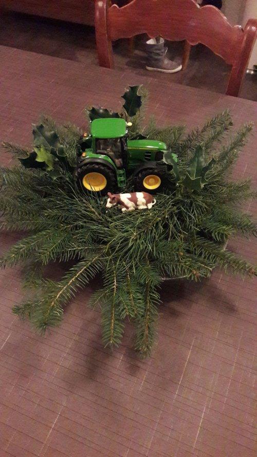 Foto van een John Deere Humor. John Deere 6930 premium van Wiking op een kerststukje. Geplaatst door Kleine loonwerker op 25-12-2017 om 19:20:23, met 13 reacties.