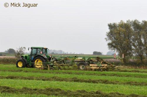 John Deere 6320 met Krone Swadro 1400 4-elementshark, Loonbedrijf Paridaen uit Sint Kruis (NL)  Filmpje? -> https://www.tractorfan.nl/movie/49277/