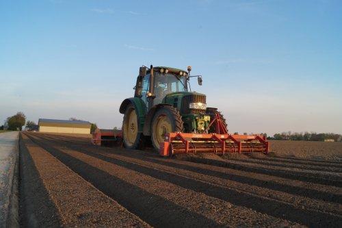 Foto van een John Deere 6330 Landklaarmaken voor aardappelspoten. Geplaatst door mark versluis op 04-01-2018 om 22:06:18, op TractorFan.nl - de nummer 1 tractor foto website.