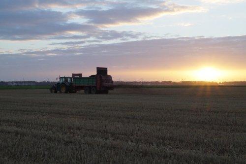 Foto van een John Deere 6330. Geplaatst door mark versluis op 04-01-2018 om 22:34:31, op TractorFan.nl - de nummer 1 tractor foto website.