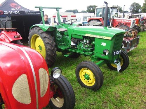 Foto van een John Deere 310. Geplaatst door jordi 1455 op 04-01-2018 om 22:49:18, op TractorFan.nl - de nummer 1 tractor foto website.