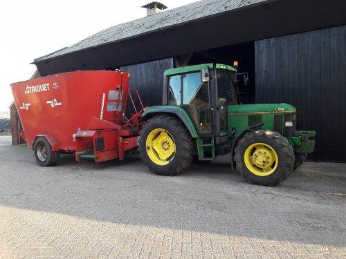 Foto van een John Deere 6200 met een Trioliet 2-2000 voermengwagen. Geplaatst door Kleine loonwerker op 08-01-2018 om 18:35:08, op TractorFan.nl - de nummer 1 tractor foto website.