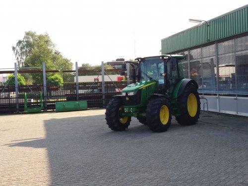 Foto van een John Deere 5100R. Geplaatst door jordi 1455 op 11-01-2018 om 22:38:50, op TractorFan.nl - de nummer 1 tractor foto website.