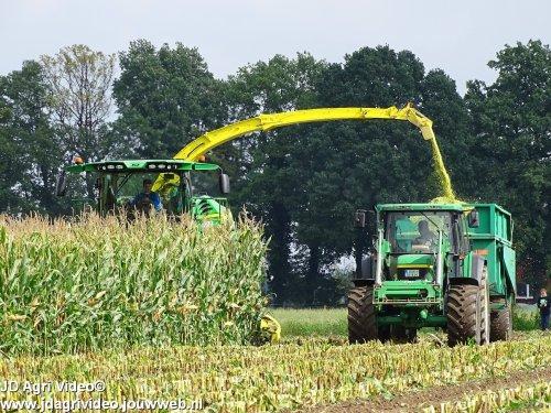 Foto van een John Deere 8500i, Lohnunternehmen Kappelhoff uit Ahaus (D) aan het mais hakselen. ZIE OOK DE VIDEO  https://www.youtube.com/watch?v=LUiraV8t6A0
