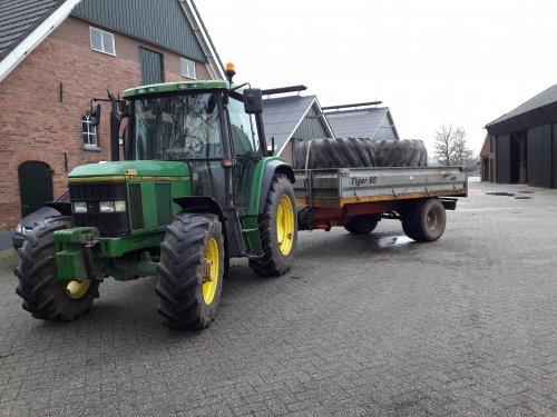 Foto van een John Deere 6200 met de kieper. Ritje naar Vriezenveen gehad om de banden om te zetten. Geplaatst door Kleine loonwerker op 20-01-2018 om 18:08:48, op TractorFan.nl - de nummer 1 tractor foto website.