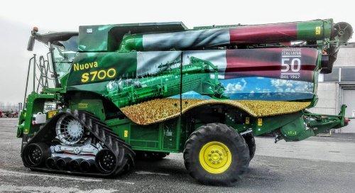Foto van een John Deere S780i DEMO machine in Italie van 2017. Geplaatst door StijnTheDeereDriver op 13-02-2018 om 12:53:33, op TractorFan.nl - de nummer 1 tractor foto website.