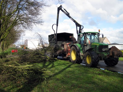 Foto van een John Deere 6430 takken versnipperen. Geplaatst door A.H.S. op 02-03-2018 om 15:57:32, op TractorFan.nl - de nummer 1 tractor foto website.