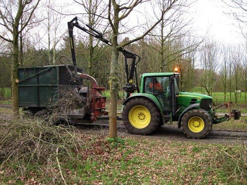 Foto van een John Deere 6430 takken versnipperen. Geplaatst door A.H.S. op 02-03-2018 om 15:57:33, op TractorFan.nl - de nummer 1 tractor foto website.