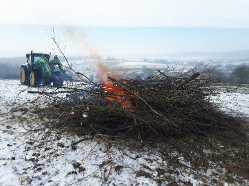 Zaterdag nog even snel het gesnoeide hout van vorige week in de fik gezet. Nu ging het nog mooi over de bevroren grond, geen schade en rotzooi op de weg👌 En een mooi uitzicht over Epen.