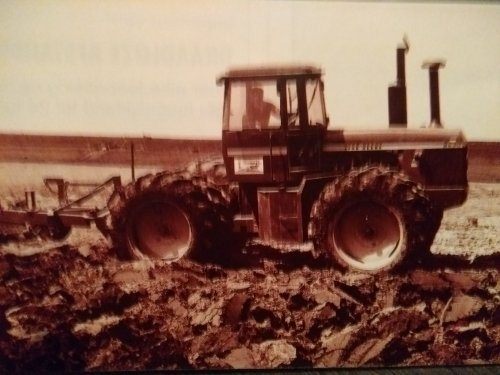 Foto van een John Deere 8630 aan het ploegen in de Flevopolder. De foto komt uit het vakblad Trekker uit 1992.