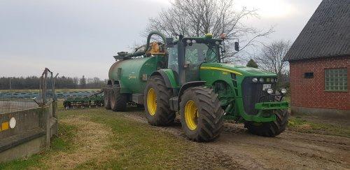 Foto van een John Deere 8230. Geplaatst door soren-christensen op 13-04-2018 om 12:02:45, op TractorFan.nl - de nummer 1 tractor foto website.