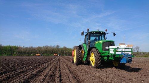 Foto van een John Deere 6520. Zo... Aardappels zitten in de grond..... Geplaatst door bartjuh op 23-04-2018 om 07:01:27, op TractorFan.nl - de nummer 1 tractor foto website.