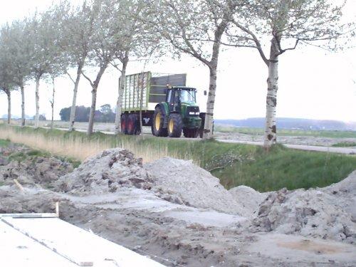 Foto van een John Deere 6820, bezig met gras inkuilen.. Geplaatst door eelko op 02-05-2008 om 18:36:53, met 5 reacties.
