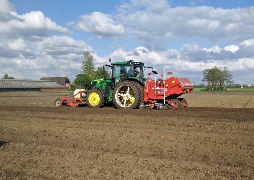 Broeze Akkerbouw uit Hoge Hexel, aan het poten in Rijssen. Geplaatst door Sanderrr op 28-04-2018 om 22:33:48, op TractorFan.nl - de nummer 1 tractor foto website.