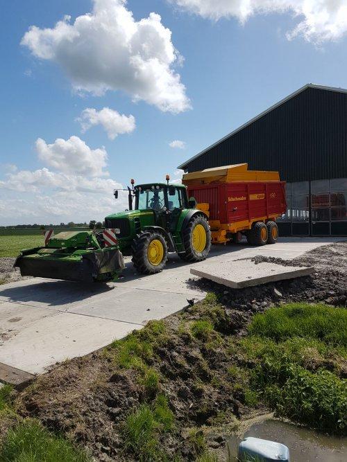 Foto van een John Deere 6630. Geplaatst door Sinnema op 06-05-2018 om 00:16:37, op TractorFan.nl - de nummer 1 tractor foto website.