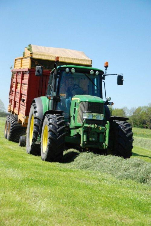Foto van een John Deere 6630 met Schuitemaker Rapide 130. Geplaatst door Sinnema op 08-05-2018 om 08:17:48, op TractorFan.nl - de nummer 1 tractor foto website.