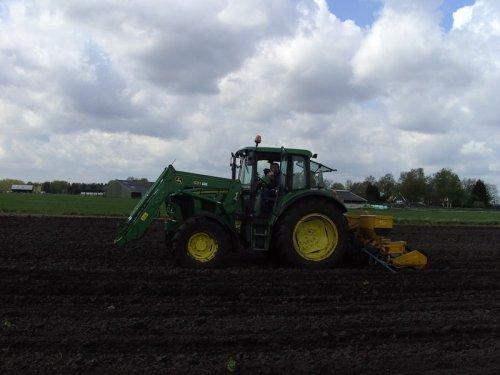 Foto van een John Deere 6220. mn oom aan het maiszaaien. Geplaatst door SkarphofJDFan op 03-05-2008 om 20:52:53, op TractorFan.nl - de nummer 1 tractor foto website.