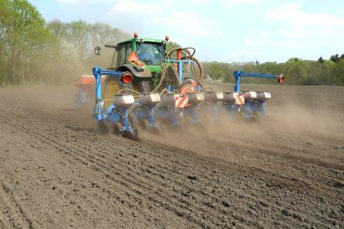 Mais zaaien door Jansen Heeten  https://youtu.be/UhGFSScjOW0. Geplaatst door pekkerietfan op 16-05-2018 om 18:13:04, op TractorFan.nl - de nummer 1 tractor foto website.