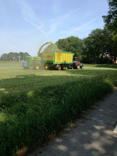 Loonbedrijf Pekel & Zn. (Noordscheschut) × op de foto met een John Deere Hakselaar.. Geplaatst door thomas-hepping op 08-06-2018 om 12:09:01, op TractorFan.nl - de nummer 1 tractor foto website.