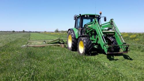 Foto van een John Deere 6330 Premium aan het maaien. Geplaatst door kevin-fendt op 09-06-2018 om 18:29:13, op TractorFan.nl - de nummer 1 tractor foto website.