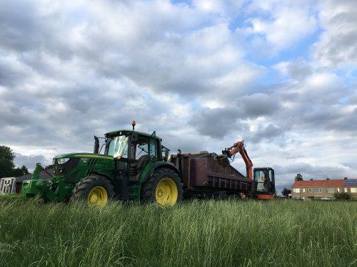 Foto van een John Deere 6125M  Heining slopen gaat mooi makkelijk zo. Geplaatst door Beunert740 op 12-06-2018 om 20:15:56, op TractorFan.nl - de nummer 1 tractor foto website.