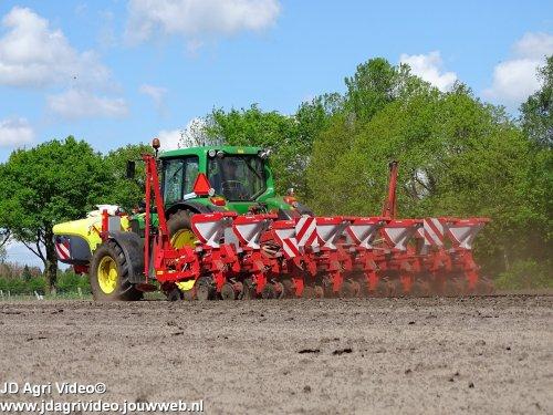 Foto van een John Deere 6430 Premium, loonbedrijf Doornewaard uit Oosterwolde aan het mais zaaien. ZIE OOK DE VIDEO  https://youtu.be/-erPlxpMm-o