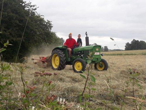 Foto van een John Deere 920 aan het hooikeren in vielsalm.. Geplaatst door stijn-de-bock op 23-06-2018 om 21:44:04, op TractorFan.nl - de nummer 1 tractor foto website.