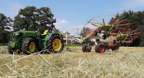 John Deere 6130M OOS met Claas liner 3000. Gras geharkt om te hooien Voorlopig niet weer denk ik. Geplaatst door inter1055 2 op 09-07-2018 om 15:06:11, op TractorFan.nl - de nummer 1 tractor foto website.