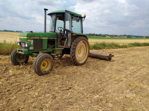 Foto van een John Deere 2040S terwijl die de grond dicht rolt. Geplaatst door Theuny op 09-07-2018 om 20:41:26, op TractorFan.nl - de nummer 1 tractor foto website.