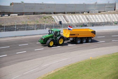 Foto van een John Deere 8400R. Geplaatst door jordi 1455 op 11-07-2018 om 23:39:01, op TractorFan.nl - de nummer 1 tractor foto website.