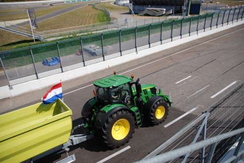Foto van een John Deere 6250R. Geplaatst door jordi 1455 op 11-07-2018 om 23:39:03, op TractorFan.nl - de nummer 1 tractor foto website.