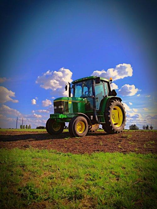 Foto van een John Deere 6200 bezig met poseren. Geplaatst door John deere 6100rc op 11-08-2018 om 19:26:02, op TractorFan.nl - de nummer 1 tractor foto website.